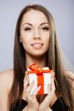 Morena lindo com presente Fotos de Stock Royalty Free