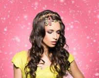 Morena lindo, sensual que veste a coroa luxuosa dourada sobre a GR foto de stock royalty free