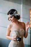 Morena luxuosa no vestido branco apertado Fotografia de Stock