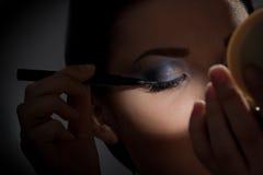 Morena na frente do espelho Fotografia de Stock Royalty Free