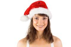 Morena no chapéu de Santa que sorri na câmera Fotos de Stock