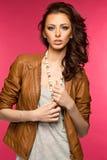 Morena nova bonita no casaco de cabedal foto de stock royalty free