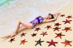 Morena nova bonita que aprecia o sol na costa tropical Imagem de Stock Royalty Free