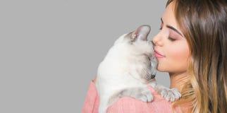 Morena nova com seu gato fotografia de stock
