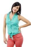 Morena nova com uma camisa verde e umas calças cor-de-rosa foto de stock