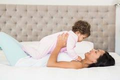 Morena que joga com seu bebê fotos de stock royalty free