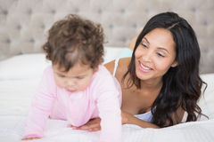 Morena que joga com seu bebê imagens de stock
