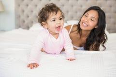 Morena que joga com seu bebê foto de stock royalty free