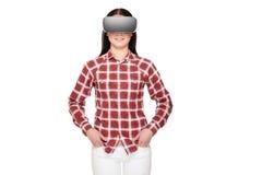 Morena que veste em auriculares modernos da realidade virtual imagem de stock