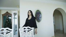 A morena sedutor anda pista de decolagem no apartamento luxuoso 4K video estoque