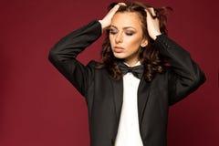Morena 'sexy' elegante no smoking fotografia de stock