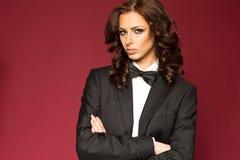 Morena 'sexy' elegante no smoking fotos de stock
