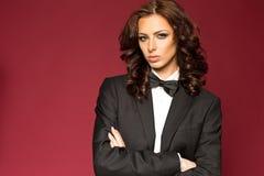 Morena 'sexy' elegante no smoking foto de stock royalty free
