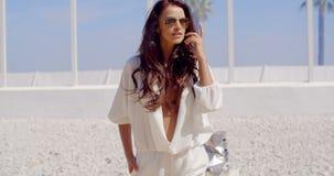 Morena 'sexy' na praia tropical filme