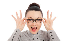 Morena surpreendida que guarda seus vidros Foto de Stock
