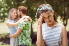 Morena virada em ver o noivo com a outra menina Fotografia de Stock Royalty Free