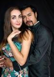 Morenas da história de amor, do homem e da mulher que abraçam em um fundo preto fotos de stock