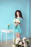 Morenita adolescente sonriente feliz con el manojo de rosas blancas de flores adentro Fotografía de archivo libre de regalías