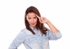 Morenita adulta atractiva con pedir gesto Fotografía de archivo libre de regalías