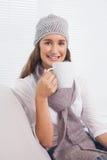 Morenita alegre con el sombrero del invierno en sostener la taza de café Fotos de archivo libres de regalías