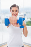 Morenita atlética feliz que ejercita con pesas de gimnasia Fotos de archivo
