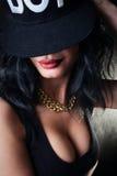 Morenita atractiva en casquillo. Swag Imagen de archivo libre de regalías