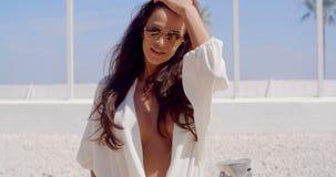 Morenita atractiva en la playa tropical metrajes