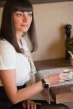 Morenita atractiva en un café Imagen de archivo libre de regalías