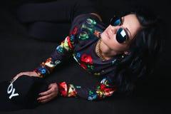 Morenita atractiva en un casquillo negro y vidrios. Muchacha del Swag. Moda Foto de archivo libre de regalías