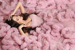 Morenita atractiva en vestido del rosa de la moda Pelo ondulado de la belleza Hermoso Fotos de archivo libres de regalías