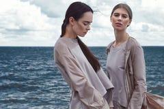 Morenita atractiva hermosa del modelo de moda de la mujer y estilo rubio Imagenes de archivo