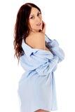 Morenita atractiva joven en la camisa masculina Fotos de archivo libres de regalías