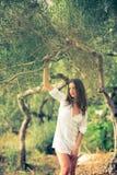 Morenita atractiva, joven en la playa, en medio de los olivos Foto de archivo