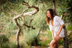 Morenita atractiva, joven en la playa, en medio de los olivos Fotos de archivo libres de regalías