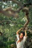 Morenita atractiva, joven en la playa, en medio de los olivos Foto de archivo libre de regalías