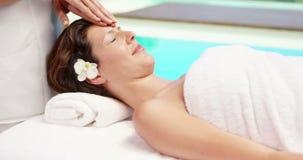 Morenita atractiva que tiene masaje facial almacen de video