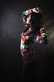 Morenita bastante atractiva en camisetas de una flor Foto de archivo