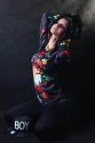 Morenita bastante atractiva en camisetas de una flor. Muchacha del Swag Fotografía de archivo libre de regalías