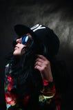 Morenita bastante atractiva en un casquillo negro y vidrios. Muchacha del Swag. Molestia Fotos de archivo
