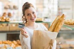 Morenita bonita con el bolso del pan y de la tarjeta de crédito Fotos de archivo libres de regalías