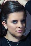 Morenita bonita con el primer intenso de los ojos Fotografía de archivo