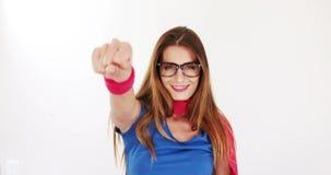 Morenita bonita con el traje del super héroe almacen de metraje de vídeo