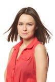 Morenita bonita en camisa roja en el fondo blanco Imagen de archivo libre de regalías