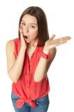 Morenita bonita en tejanos y una camisa roja encendido Fotos de archivo libres de regalías
