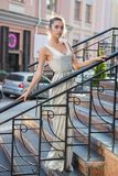 Morenita bonita joven que presenta en la calle fotos de archivo libres de regalías