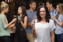 Morenita bonita que come un vidrio de champán Foto de archivo libre de regalías