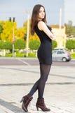 Morenita bonita que lleva el vestido negro Imágenes de archivo libres de regalías