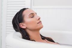 Morenita bonita que toma un baño Foto de archivo libre de regalías