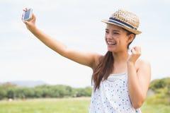 Morenita bonita que toma un selfie en parque Fotos de archivo libres de regalías