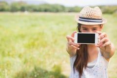 Morenita bonita que toma un selfie en parque Imágenes de archivo libres de regalías
